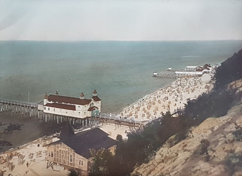 Historisches coloriertes Foto mit Damen-Bad im Hintergrund