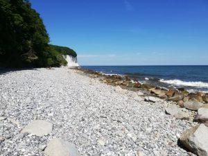 Steiniger Strand und wieder die Kreidefelsen